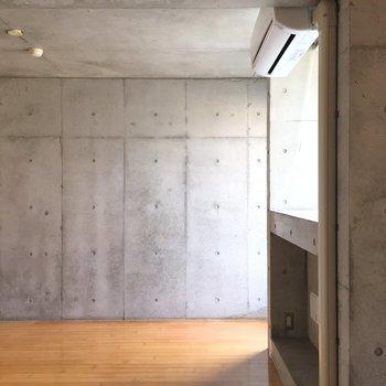 木とコンクリ!※写真は2階の反転間取り別部屋のものです