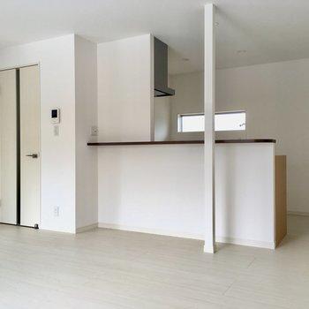 真っ白な対面キッチン。