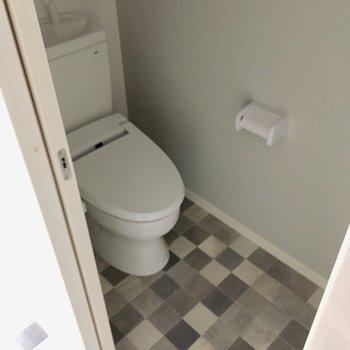 トイレはウォシュレット付き!圧迫感もなし。
