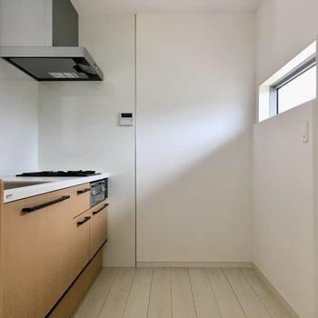 キッチンに窓あるの、素敵・・・ステンレスシェルフですっきりと。