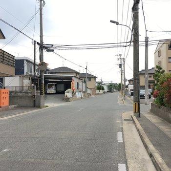 お部屋の前は車通りも少ないし、お子さんと歩いても安心な道路。