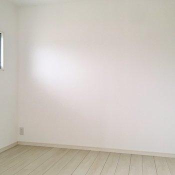 【4.5帖洋室】こちらは2面採光。