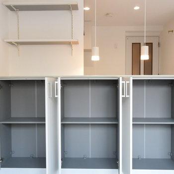 キッチンのカウンターの下にもしっかり収納が(※写真は1階の反転間取り別部屋のものです)