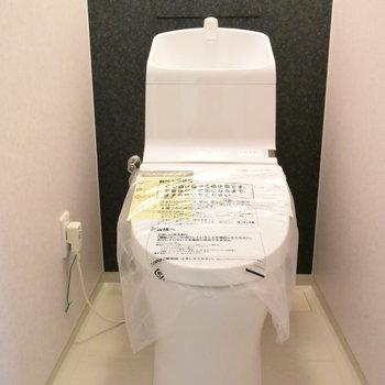 トイレもウォシュレット付きのタイプにきれいになりました!(※写真は1階の反転間取り別部屋のものです)