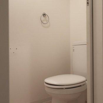 トイレもシンプルタイプ (※写真は3階の同間取り別部屋、清掃前のものです)