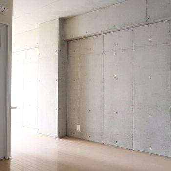 手前側の空間も、もちコンクリ君 (※写真は3階の同間取り別部屋、清掃前のものです)