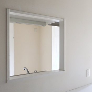 小窓からハロー♪ (※写真は3階の同間取り別部屋、清掃前のものです)