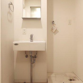 サニタリーもシンプルでおしゃれ感 (※写真は3階の同間取り別部屋、清掃前のものです)