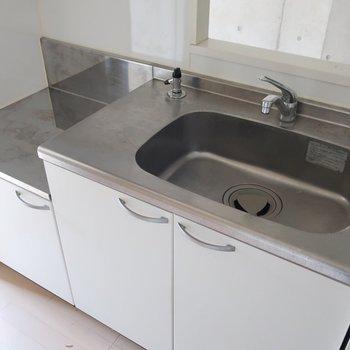 実はキッチンが隠れていたのです!コンロもかっこいいの置きたいな (※写真は3階の同間取り別部屋、清掃前のものです)