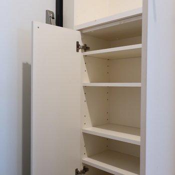 シューズBOXもシンプルな白がいい◎ (※写真は3階の同間取り別部屋、清掃前のものです)