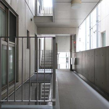共用部もクールなスタイル (※写真は3階の共用部です)