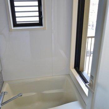 窓を開けて露天風呂気分♪※写真は同タイプの別室。