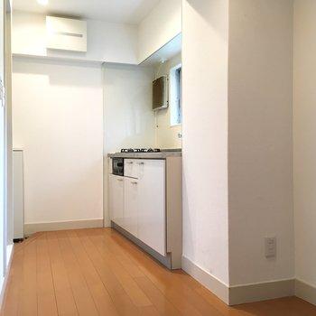右手前のスペースに冷蔵庫を置けそうですね。