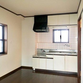 ダイニングキッチンのちょこんと窓がかわいい。ビバ角部屋!笑