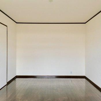 9帖の洋室は寝室に良さそう。ダブルベッド余裕です!