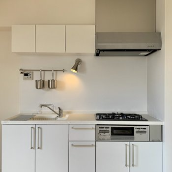 3口ガスキッチンは快適に料理できそうです、しかも新品
