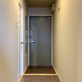 玄関口はグレーのクロスで落ち着いた印象に仕上がってます◎