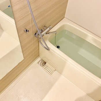 木目シートなどのリメイクと水栓交換で生まれ変わってます! ※浴槽の水は検査中です