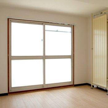 お隣の6疂の洋室です♪こちらにもパネルヒーターと大きな窓が!