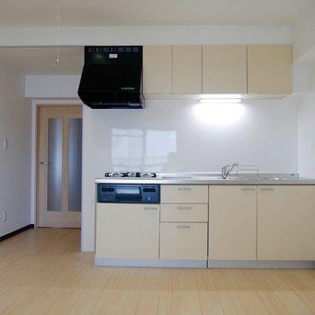 キッチンにきました◎大きなシステムキッチンです!