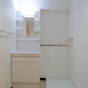 脱衣スペース♪独立洗面台はライトもついててラッキー!