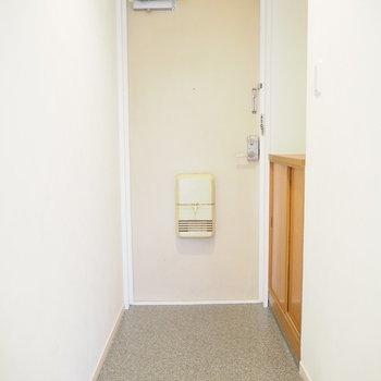 玄関もシンプルでスッキリ。