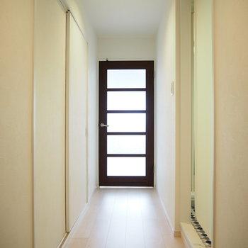 玄関からの眺め。脱衣所はロールカーテンで隠しましょう。