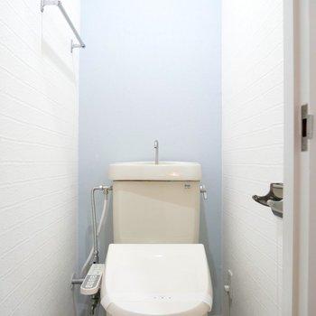 お手洗いはパステルカラーのクロスで爽やか!ウォシュレットつきです◎