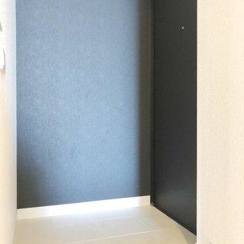 扉も壁も黒ですっきりしています
