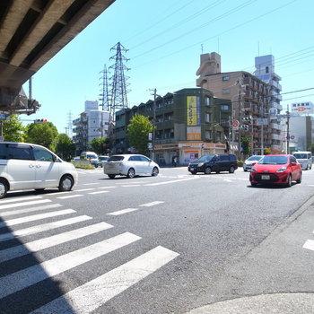 【周辺環境】マンション前は大きな交差点。この道路沿いにスーパーや飲食店など、便利なお店があります!