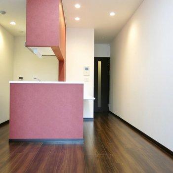 特殊なキッチンのお部屋(※写真は1階の同間取り別部屋のものです)