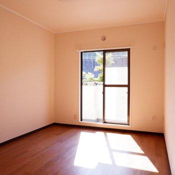 【6帖洋室】こちらも日当たり良いです。※写真は1階の似た間取り別部屋のものです