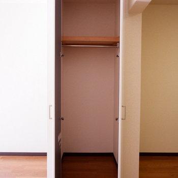 【LDK】リビングにも収納があるのは嬉しい。※写真は1階の似た間取り別部屋のものです