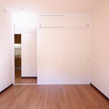 【6帖洋室】広さも十分ですね。※写真は1階の似た間取り別部屋のものです