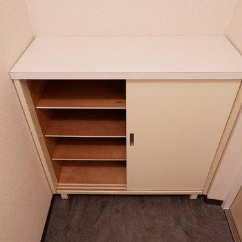 シューズボックス上も有効的に使いましょう。※写真は1階の似た間取り別部屋のものです