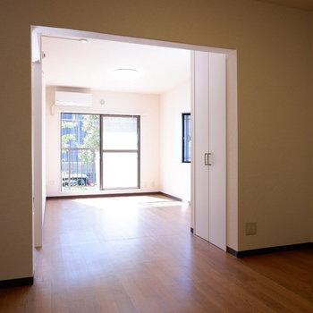 【LDK】収納を境にダイニングとリビングを。※写真は1階の似た間取り別部屋のものです
