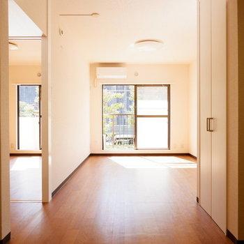 【LDK】日当たりの良いお部屋です◎※写真は1階の似た間取り別部屋のものです