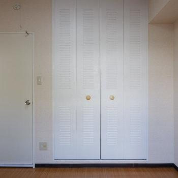 【4.6帖洋室】シンプルなお部屋です。※写真は1階の似た間取り別部屋のものです