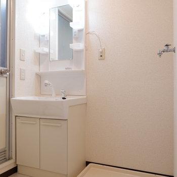 脱衣所に洗面台と洗濯機置場が。※写真は1階の似た間取り別部屋のものです