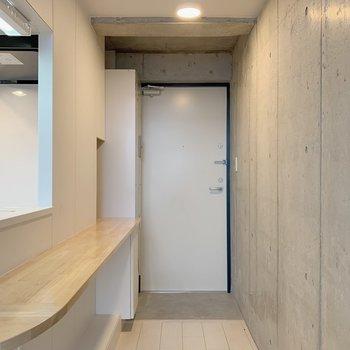コンクリートの中の白い扉というカラーリングが好き。