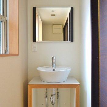 可愛らしい洗面。※写真は同タイプの別室