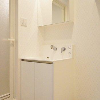 しゅっとしたシンプルな洗面台※写真は同タイプの別室。