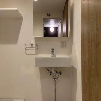 独立洗面台で、髪のセット、メイク頑張れますね※写真は2階の同間取り別部屋のものです