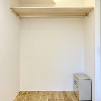 【寝室】奥は収納スペースですね※写真は2階の同間取り別部屋のものです