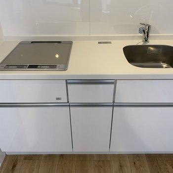 白が基調のキッチン※写真は2階の同間取り別部屋のものです