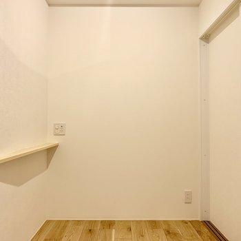 【寝室】壁にはUSBコンセントがついているので再度カウンターにスマホを置いて充電できますね※写真は2階の同間取り別部屋のものです
