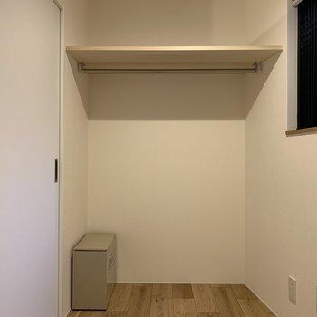 【寝室】奥は収納スペースとして使えます※写真は2階の同間取り別部屋のものです