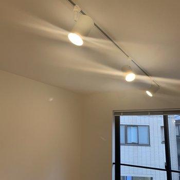 【LDK】照明もステキ〜※写真は2階の同間取り別部屋のものです