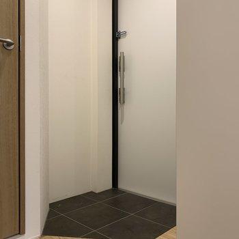 コンパクトな玄関※写真は2階の同間取り別部屋のものです