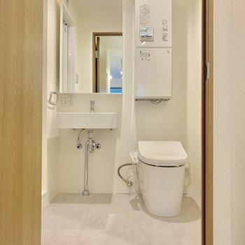 シンプルな脱衣所※写真は2階の同間取り別部屋のものです